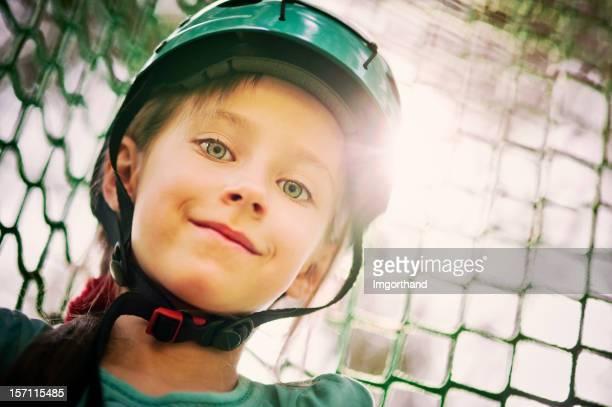 Kleines Mädchen, das Klettern im Freizeitpark.