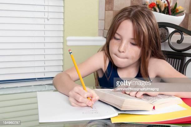Kleines Mädchen konzentriert sich auf Ihrem Studien