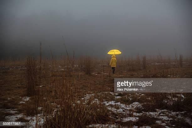 Piccola ragazza attraversando il campo di nebbia