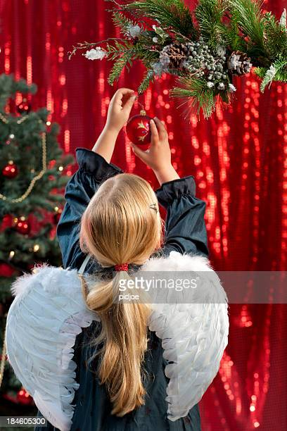 Kleines Mädchen Dekoration Weihnachtsbaum