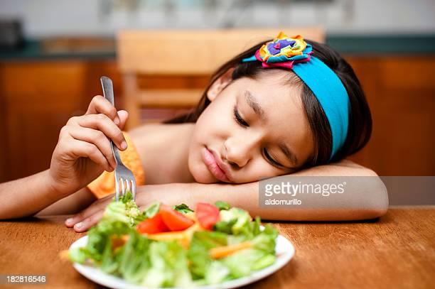 Kleines Mädchen disliking Ihren Salat