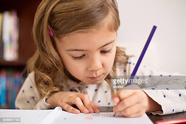 Kleines Mädchen macht Hausaufgaben