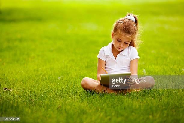 Petite fille dessin dans un parc