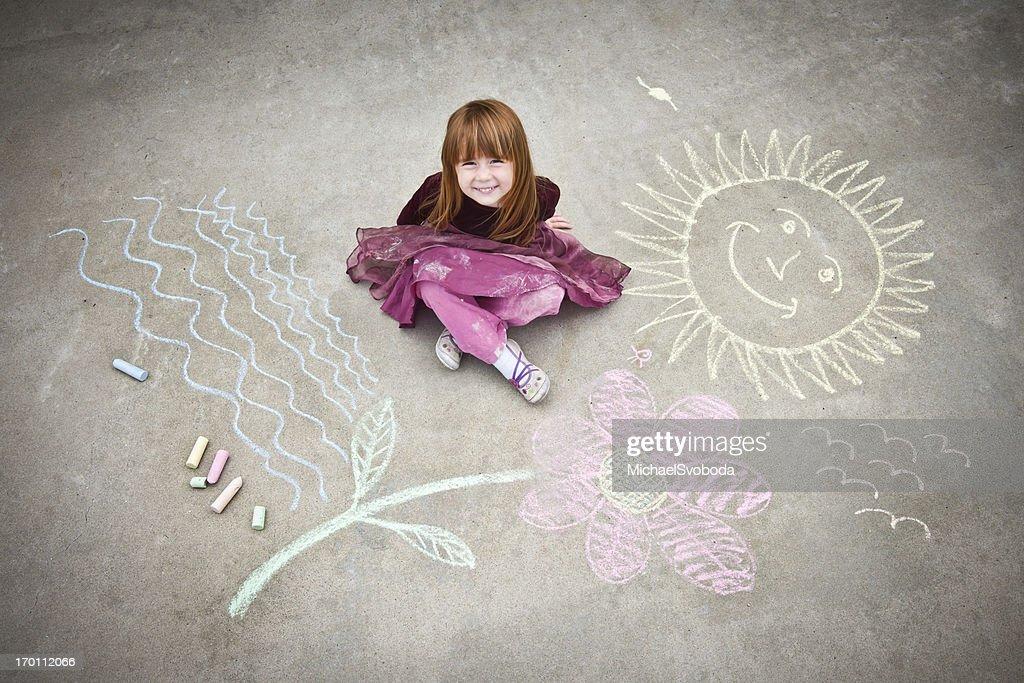 Petite fille dessin sur le trottoir : Photo
