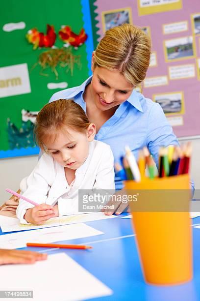 Kleines Mädchen, Malen mit Lehrer im Vorschulalter