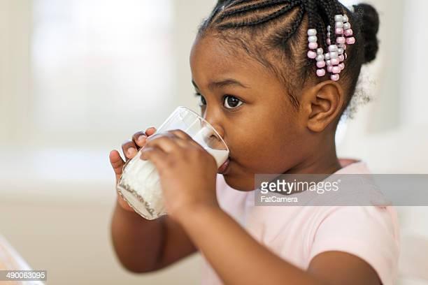 Kleines Mädchen trinkt Milch