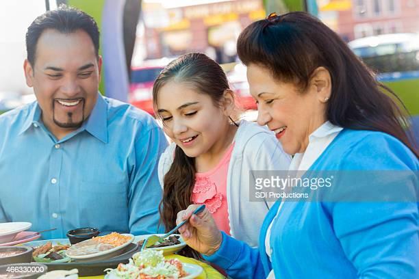 少女レストランでのお食事お食事には、父と祖母