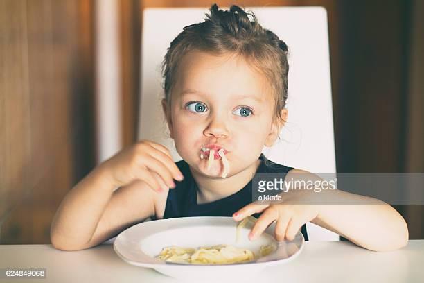 Kleines Mädchen Essen-pasta