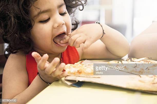 Kleines Mädchen Essen pizza