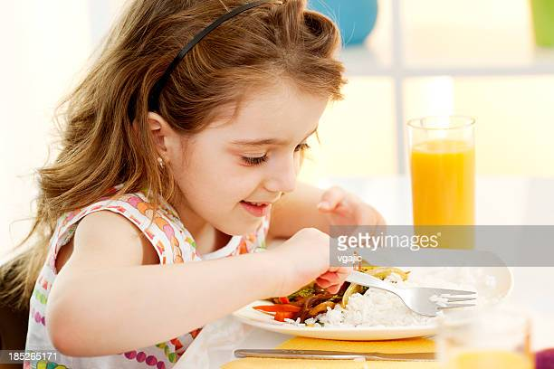 Menina comer Legumes refeição no restaurante.