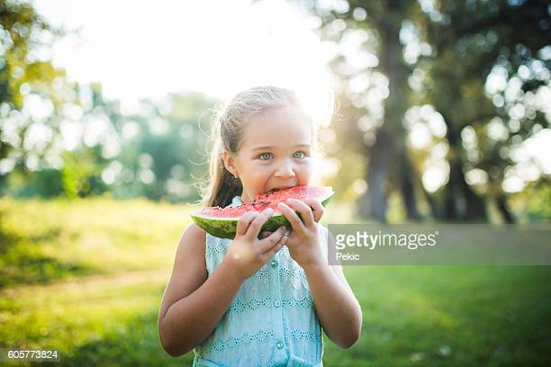 Petite fille manger la pastèque