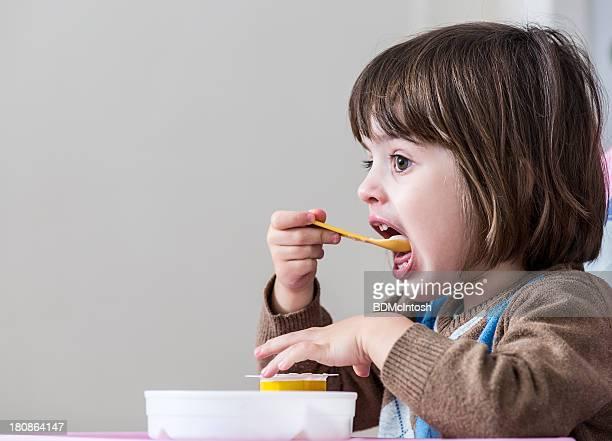 Kleines Mädchen Essen Joghurt