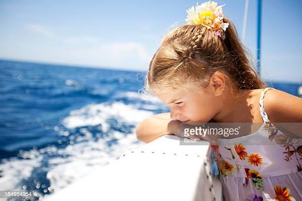Kleines Mädchen Genießen Sie die Abfahrt