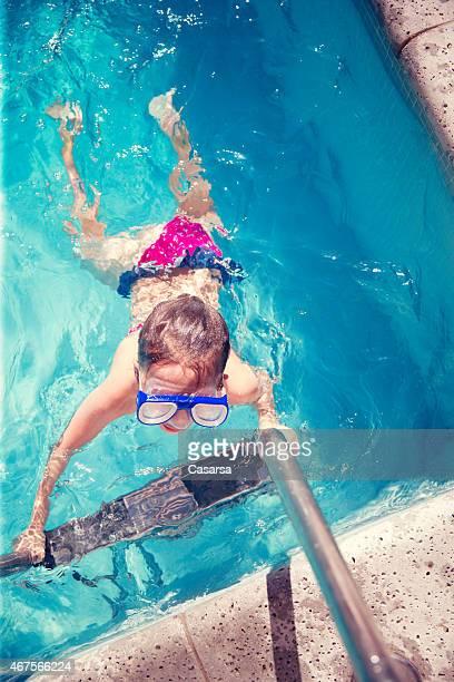 Kleines Mädchen Verlassen Sie Swimmingpool