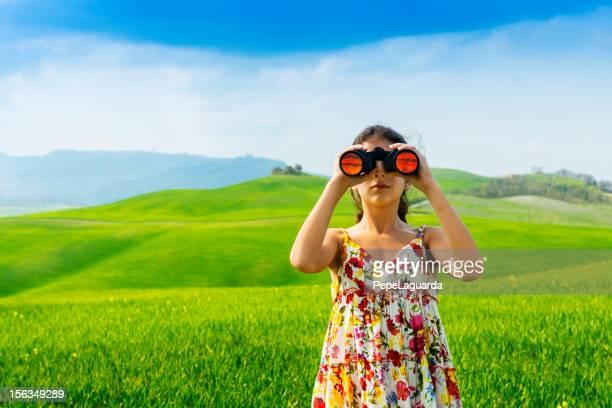 Kleines Mädchen mit Fernglas in der Toskana zu -Italy