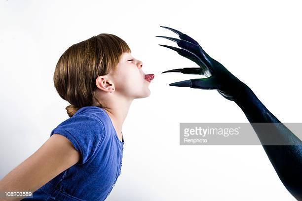 小さな女の子は彼女の恐れにの怪獣