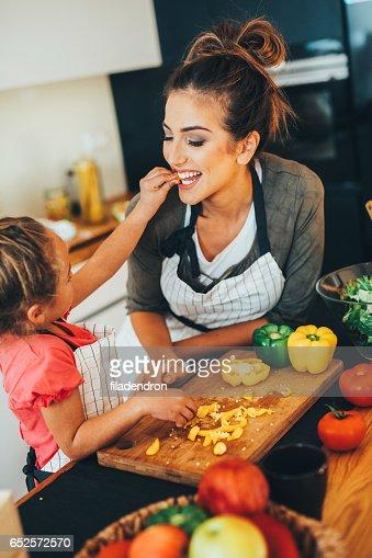 Little girl feeding her mother : Stockfoto