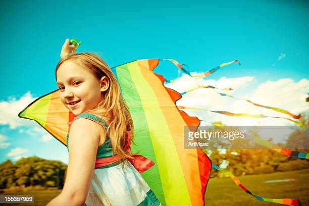Una niña volando cometa