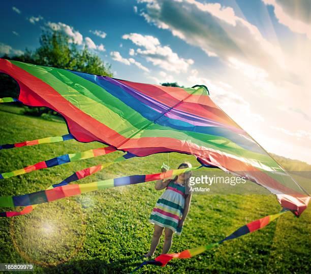Kleines Mädchen fliegen ein kite