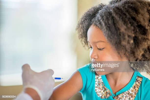 Kleines Mädchen bekommt eine Grippe Shot