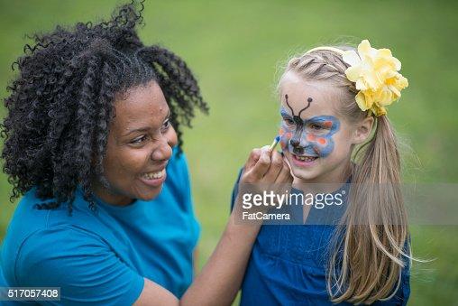 小さな女の子彼女の顔ペインティッドする