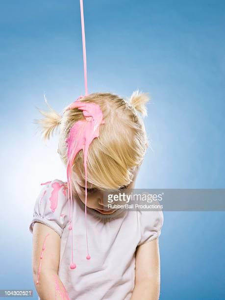 Petite fille se Rose versé sur sa tête peinture