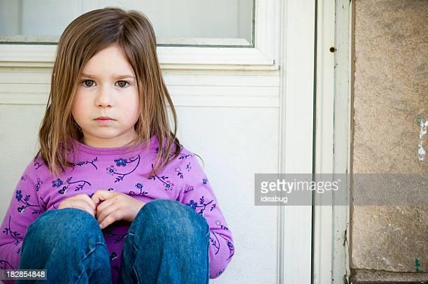Kleines Mädchen gibt sich der Ablehnung