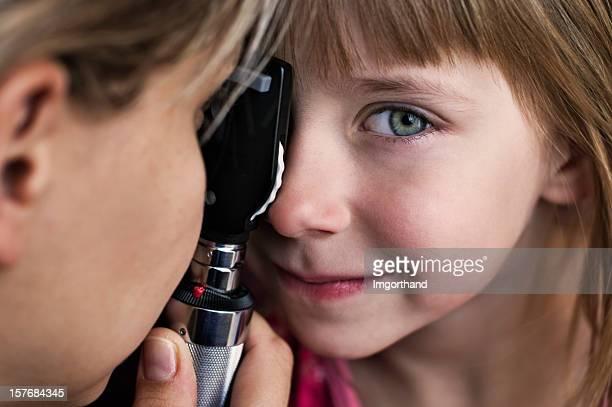 Petite fille d'Examen ophtalmologique
