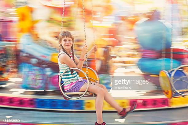 Filles s'amusant sur une balançoire carrousel.
