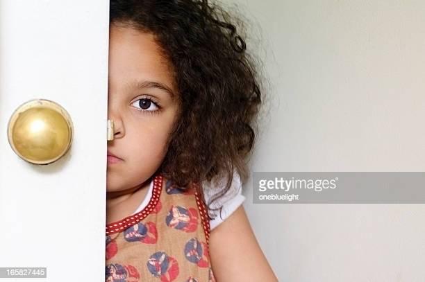 Petite fille se cachent derrière ces portes.