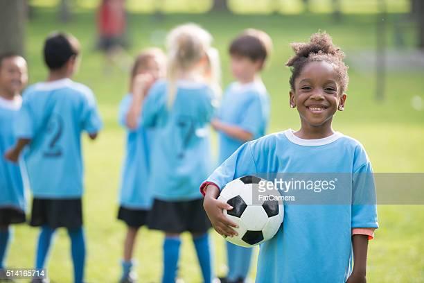 少女、サッカーボールを持つ
