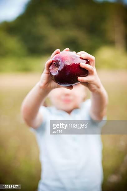 Petite fille tenant Apple pour appareil photo