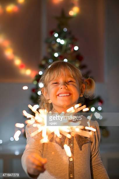 Kleine Mädchen Holding Christmas Wunderkerze.