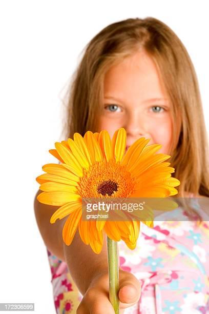 Petite fille tenant une fleur