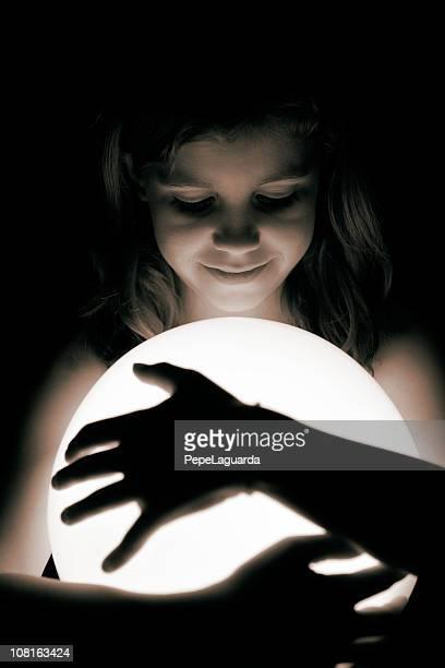 を持つ少女輝く円形、ブラックおよびホワイト
