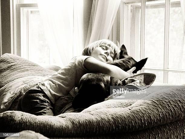 Kleines Mädchen umarmen Ihr Hund in der Nähe von Fenster, Sepia
