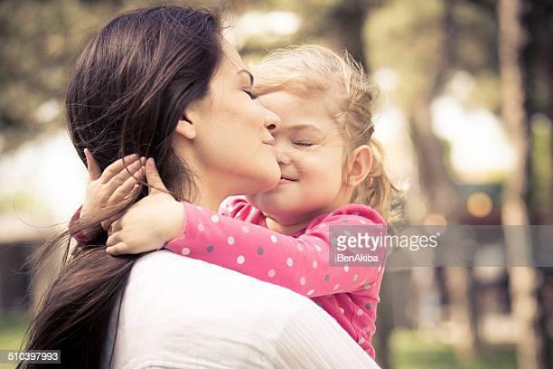 Petite fille embrassant sa mère