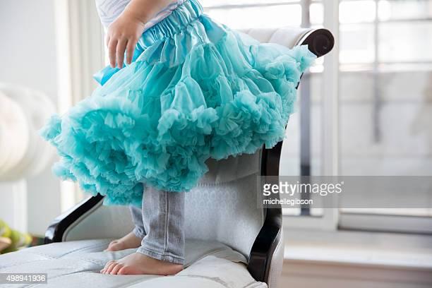 Kleines Mädchen in einem blauen Ballettröckchen