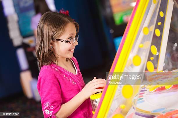 Kleines Mädchen in einem Amusement Arcade