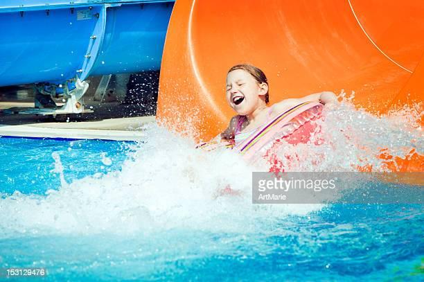 Petite fille au parc aquatique
