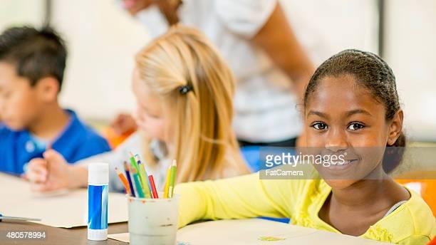 Petite fille dans les Arts et travaux manuels