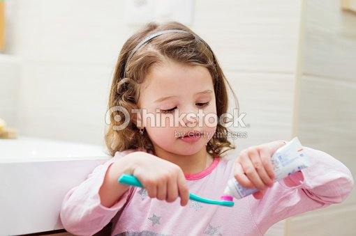 Kleines Mädchen Im Badezimmer Setzen Zahnpasta Mit Der Zahnbürste ...