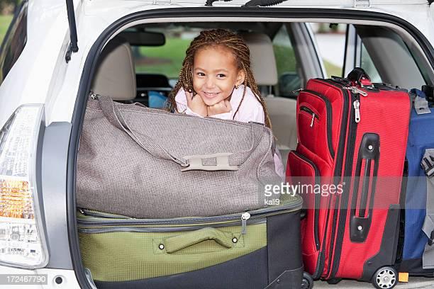 Bambina in auto ricca di viaggio