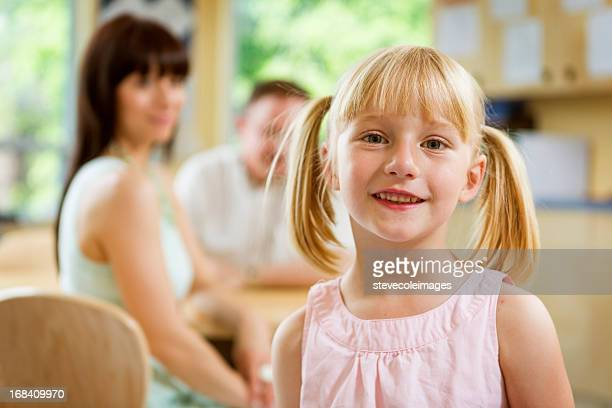 Petite fille dans une salle de classe
