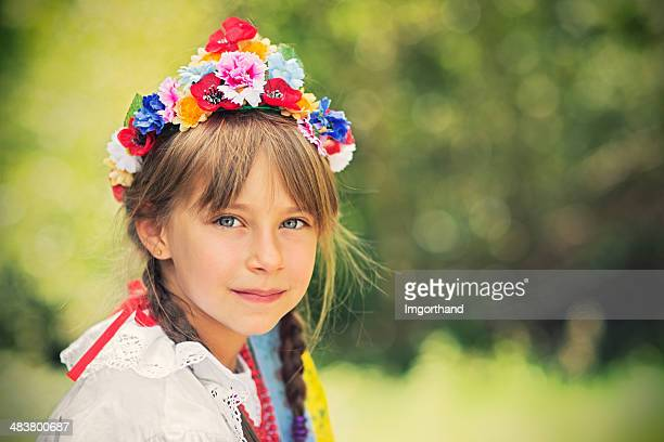 Kleines Mädchen in traditioneller Kleidung (Krakowianka)