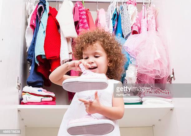 Petite fille dans sa chambre