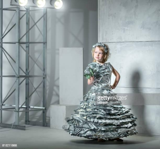 Kleines Mädchen In Prinzessin Kleid aus Folie hergestellt