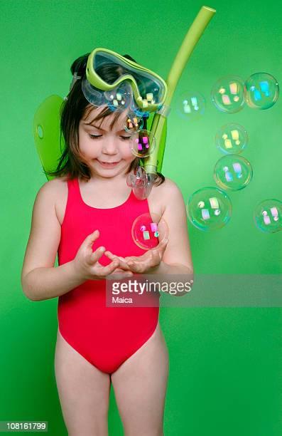 Niña en equipos de buceo con esnórquel