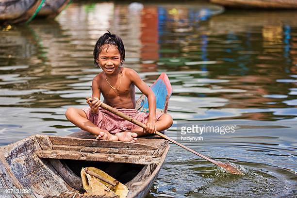 Niña en el barco, Camboya