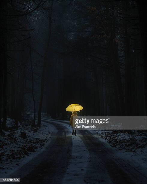 Bambina nella foresta scuro